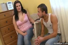 Mae pega filho cheirando sua calcinha