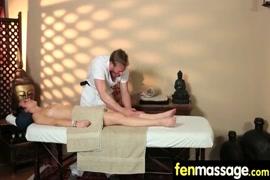 O massagista faz seco com a mulher grávida