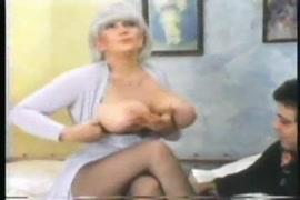 Mulher faz sexo com boneco de borracha